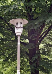 The friendly lantern (farmspeedracer) Tags: 2018 tree smile smiley friend mai may park germany