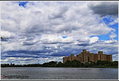 EL ENCANTO DE LAS NUBES. THE CHARM OF THE CLOUDS. NEW YORK CITY. (ALBERTO CERVANTES PHOTOGRAPHY) Tags: clouds nubes cielo sky edificio building agua water rio river lago lake arbol tree ciudad city skyscraper landacapes cityscapes skyline colorlight indoor outdoor blur retrato portrait photography photoborder streetphotography luz light color colores colors brightcolors brillo bright sea