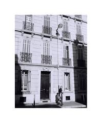 Rejoindre l'ombre (scoff79) Tags: monochrome marseille film leica r6 35mm elmarit street shadows