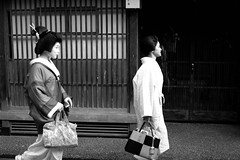 Geisha, Kanazawa (joeychiu) Tags: ひがし茶屋街 金沢 芸妓 芸者 geisha geiko geigi bw kanazawa fujifilm xt10 35mmf2 joeychiu evaair street