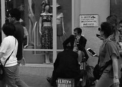 El mejor limpiabotas de la Gran Vía (Diego Leon y Bethencourt) Tags: kodak colorplus 200 canon eos 300 ef 28 90 patones torrelaguna chinchon madrid atazar mercados analogico film