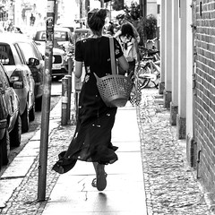 certaines personnes flottent (every pixel counts) Tags: 2018 berlin mitte bag eu bolsa woman fashion city everypixelcounts blackandwhite capital 11 square germany europa street cobblestones blackwhite berlinalive beauty