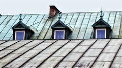 scherpe punten (roberke) Tags: ramen vensters windows drie trio daken rooftop roof sky lucht architecture architectuur shouw outdoor polen gebouw building buiten lijnenspel