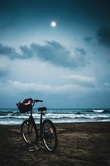 bicicletas para el verano (bikes for the summer) (*BegoñaCL) Tags: bici playa luna mar mediterráneo noche azul hombre robado arena olas playpuig verano begoñacl