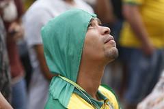 Torcida do Brasil no Farol da Barra (tiagocaldas7) Tags: bandaeva faroldabarra brasil torcida choro lagrimas tristeza torcidabrasileira salvador bahia br