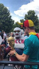 Deutscher und russischer Fußball-Fan halten zusammen den WM-Pokal (marcoverch) Tags: fusball fans deutschland fusballwm football wm2018 moskau russland2018 competition wettbewerb dragrace festival people menschen parade man mann soccer sportsfan sportfan racecompetition rennenwettkampf fun spas celebration feier flag flagge rally rallye strange seltsam adult erwachsene crowd menge music musik woman frau battle schlacht seascape child star flickr path bnw ice transport bench windows deutsch russisch fusballfan halten zusammen wmpokal