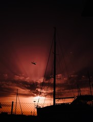 Sunset... (hobbit68) Tags: sunset sunshine sun sonnenschein sonnenuntergang sankti petri spanien espagne espanol espana andalucia andalusien küste costa coast holiday urlaub fujifilm xt2 helikopter hubschrauber boat boot mast dark