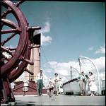 Passengers play shuffleboard on the Canadian Pacific Railway cruise ship Assiniboia, Georgian Bay, Ontario / Des passagers jouent au jeu de galets sur le navire de croisière Assiniboia du Canadien Pacifique, baie Georgienne (Ontario) thumbnail