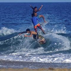 Skimboard crowded wave (Rubens Portugal) Tags: skimboard skimboarding skinboard skimboards sununga beach ubatuba ustsununga shorebreak crowd crowded sonrisal auskim festival campeonato championship espuma