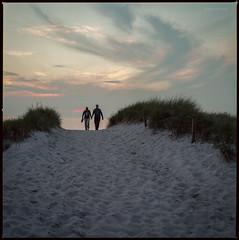 * (Konrad Winkler) Tags: dars ostsee düne sand meer abend sonnenuntergang paar mittelformat 6x6 hasselblad503cx kodakektar100 epsonv800
