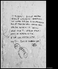 calli (magicoda) Tags: italia italy magicoda foto fotografia venezia venice veneto biancoenero blackandwhite bw bn fuji fujifilm mirrorless x100 x100t persone people blackwhitephotos maggidavide davidemaggi passione passion see graffiti writing sms venetian 2018 noupskirt nosexy nowife avviso warning messaggi message calle wall muro tourist calli piede feet foot barefoot accademia dorsoduro