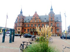 a day to remember (Yoman H) Tags: train station bike bicycle car statue architecture street pavement pedestrian helsingør denmark europe 丹麥 赫爾辛格 reed philosophyoflifel