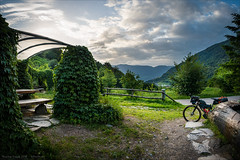 Morgens am Rastplatz (Torsten Frank) Tags: 3peaksbikerace altoadige bikepacking etschradweg fahrrad italien jguillem orient radfahren radrennen radsport radweg rennrad threepeaksbikerace weg südtirol cycling bicycle rastplatz explore explored