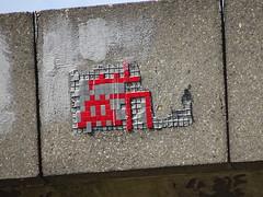 PA 0426 dégradé / Space Invader (Archi & Philou) Tags: dégradé spaceinvader pixelart streetart mosaïque mosaic paris13 kremlinbicêtre rouge red carreau tiles pont périphérique