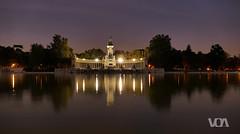 Estanque del Parque del Buen Retiro - Crepuscular (El Orfebre Mochilero) Tags: twilight retiro parque madrid monument alfonso xii lit illuminated iluminado reflection reflejo trees pond estanque