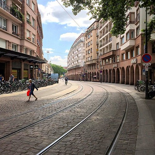 Des pistes cyclables qui accompagnent le tramway : #strasbourg, l'anti #Rouen... #strasgram #strasbourgmonamour #strasbourg_eurometropole #strasgram