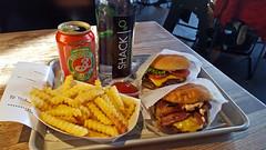 Dinner at Shake Shack, Brooklyn (SomePhotosTakenByMe) Tags: food essen lebensmittel meal mahlzeit dinner fries pommesfrites hamburger burger shakeshack restaurant indoor urlaub vacation holiday america amerika usa unitedstates nyc newyork newyorkcity stadt city brooklyn cheeseburger