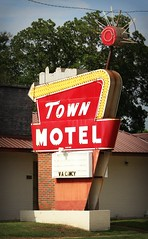 Town Motel (i saw the Sign) Tags: sign signage neon townmotel motel birmingham alabama al usroute11 route11 ushighwayroute11 arrow bulb thesouth dixieneon