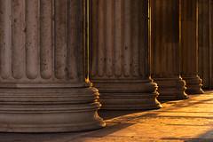 Propyläen im letzten Abendlicht (bayernphoto) Tags: muenchen munich koenigsplatz saeulen column blick durchblick glyptothek propylaen antikensammlung chillen treffen menschen geniessen enjoy bayern bavaria abendlicht sonnig sommer evening light warm sonnenstern blendenstern nsdokuzentrum sunset sonnenuntergang griechisch greek orange rot gelb