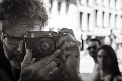 selfie (Gerard Koopen) Tags: belgië belgium antwerpen antwerp anvers selfie people streetlife straat street straatfotografie streetphotography candid man woman fujifilm fuji xpro1 35mm blackandwhiteonly bw 2018 gerardkoopen gerardkoopenphotography