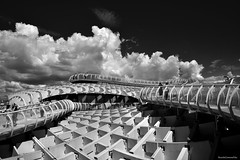 Sun and geometry - Sol y geometría (ricardocarmonafdez) Tags: sevilla andalucía setas metropol parasol ciudad city cityscape streetphotography arquitectura architecture estructura structure luces sombras sunlight shadows lights lineas curvas lines curves people geometría geometry cielo sky nubes clouds monocromo monochrome blackandwhite bn