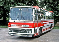 Spanish Speaking Services, London NW1: RUD927L on Hampton Court Green (Mega Anorak) Tags: bus coach bedford yrt caetano estorilii spanishspeakingservices hamptoncourt
