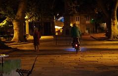 Coruña by night - Plaza de Azcárraga. Old city. (Dirk Bontenbal) Tags: coruña city citylights ciudadviejacoruña flashapagado galicia handheld k50 lacoruña lucesdeciudad leaves nightphotography noflash notripod noche night pentax people park ricohpentax streetphotography urban urbano reflections reflejos plazadeazcárraga fuente fountain bicicleta bicycle arboles trees