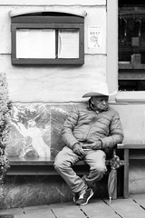 PINCELADAS DE OTRO MUNDO (Mane C:) Tags: bnw blackandwhite bn blancoynegro bnwphotography bnwstreet blanckandwhitephoto blackandwhitephotography blackandwhitephoto bw blancetnoir urban hombre noiretblanc rue street streetphotography streets streetphoto streetphotographer streetlife city vitoria photography euskadi nikon monochrome monocromo monocromatico monocolor calle