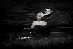 Amour toujours (Des.Nam) Tags: nb noiretblanc nordpasdecalais nikon nord noirblanc noir bw blackwhite contraste light ombres desnam d800 200500f56 amoureux bancpublic couple monochrome mono street streetphotographie streetportrait
