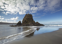 Whatipu Lighthouse (fantommst) Tags: lisaridings fantommst whatipu nz newzealand auckland northisland beach blacksand sand landscape waterscape water rock