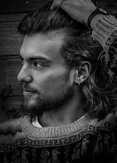 Portrait à la mèche (Solène.CB) Tags: portrait man young homme jeune chevelure hair shiny bw nb black white noir blanc solènecb profile profil