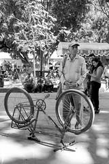 Bicicleta al revés (Marcos Núñez Núñez) Tags: bibicleta señor cachucha gorra parque zócalo calle tarde alrevés streetphotography streetphoto oaxaca mexico blackandwhite bw blancoynegro