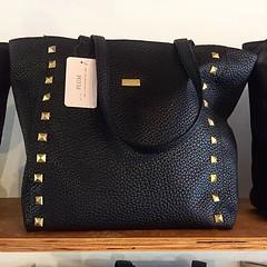 "Cartera •BELEN• en negro!!! 😍😍😍 Consíguela AHORA en ""El Atelier Concept Store"" @elatelierstore Av. Conquistadores 230, 3er piso San Isidro. De lunes a Viernes de 12 a 8pm y Sabados de 11 am a 6 pm ¡Te esperamos! www.plumsh (plumshoponline) Tags: handbags bags handbag bag outfit plumshoponline wallets leather backpacks fashion trendy purses purse clutch 2018"