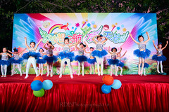 Happy Day Kindergarten Graduation 071 (C & R Driver-Burgess) Tags: stage platform ceremony child kids boy girl preschooler small little young pretty sing dance celebrate dress skirt white shorts blue suit waistcoat bowtie 台 爸爸 妈妈 父亲 母亲 父母 儿子 女儿 孩子 幼儿 粉红色的 衬衫 短裤 篮球 跳舞 唱歌 漂亮 帅 好看 小 people gauzy compere 打篮球 短裤子 黑 红 tamronspaf2875mmf28xrdildasphericalif tutu tights stockings pantyhose ballet shoes sequins sparkle microphone leap splits elegant rows jump 蓝色 白色 跳 袜裤 长筒袜库 由腰部撑开的芭蕾舞用短裙 芭蕾舞 鞋
