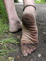 Tough sole (Barefoot Adventurer) Tags: barefoot barefooting barefoothiking barefooter barefeet barefooted baresoles barfuss blacksoles roughsoles ruggedsoles hiking happyfeet hardsoles heelcracks anklet toughsoles toes texture tough connected callousedsoles naturalsoles naturallytough wrinkledsoles footmassage arches earthsoles earthing earthstainedsoles energy
