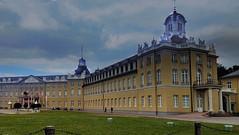 Schloß Karlsruhe, Mitte und Ostflügel (MHikeBike) Tags: farbig himmel schlossplatz schloss deutschland badenwürttemberg baden karlsruhe häuser gebäude schlos