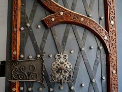 Detail am Tor des Alten Rathauses in Brünn / Detail at the gate of the old townhall at Brno (rudi_valtiner) Tags: tschechien czechrepublic brünn brno mähren moravia südmähren southmoravia tor gate türschloss doorlock beschläge metalfittings schnitzereien carvings altesrathaus oldtownhall