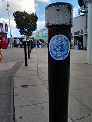 Flat Earth (Kombizz) Tags: 144519 kombizz 2017 september2017 170917 amazingsunday birthdaypresent brighton seasideresorttown brightonandhove eastsussex nopsbatchresizing travel mobilephonetaking mobilephonecapture flatearth globalwarning sticker bollard blackbollard