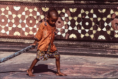 A kid in India (rvjak) Tags: f3 nikon india inde asia asie kid enfant garçon boy travel voyage enfance bare foot pied nu