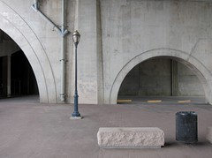 Einzelzimmer / Single Room (bartholmy) Tags: hartford ct brücke bridge unterderbrücke underthebridge strasenlaterne streetlamp fallrohr downspout mülleimer bin trashcan sitz seat bank bench parkplatz parkinglot bogen arch beton concrete