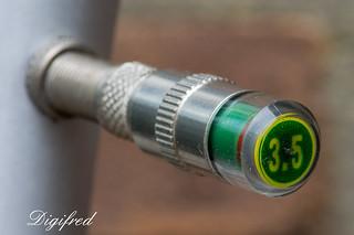 Valve caps with pressure gauge