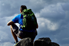 Uno sguardo al cielo (mttdlp) Tags: d3200 nikon sky blue rocce cielo rocks hiking trekking zaino appennino allaperto green