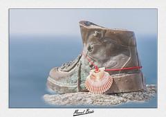 Bota del Peregrino, Cabo Finisterre (Manuel Boado) Tags: cabo finisterre galicia caminodesantiago manuelboado acoruña nikond700 bota zamburiña mar cielo cabodefinisterre peregrino