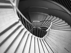 Ziehharmonika (Sockenhummel) Tags: wendeltreppe treppe stairs schwarzweis blackwhite monochrom architecture treppenhaus staircase stufen iphone steps geländer escalier stairwell indoor spirale