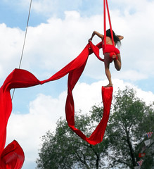 running on air 2b IMG_20180711_172356 (le maudit) Tags: running performer street montreal stdenis red sky ribbon acrobatics acrobat mobile phone mobilephone perfomance dangerous justepourrire justforlaughsfestivalreddress