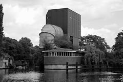 Abendspaziergang am Wasser (Sockenhummel) Tags: strömungskanal tiergarten berlin technik architektur monochrom schwarzweis black blackwhite kanal wasser flus fu fuji x30