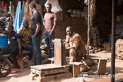 Korhogo morning market (10b travelling / Carsten ten Brink) Tags: 10btravelling 2018 africa africaine african afrika afrique carstentenbrink cotedivoire elfenbeinkueste iptcbasic ivorian ivorycoast korhogo senoufo senufo westafrica africain cmtb ivoirien ivoirienne marche market north tenbrink