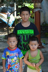 brothers (the foreign photographer - ฝรั่งถ่) Tags: brothers three khlong thanon portraits bangkhen bangkok thailand nikon