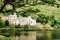 Kylemore Abbey (gusdiaz) Tags: castle abbey ireland canon canonphotography nature natuerphotography spring trip vacation beautiful reflection reflejo castillos agua grama foliage trees leaves arboles hoja green verde greenery