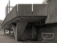 Au temps du béton (Jean-Marie Lison - PC en panne... À bientôt) Tags: eos80d bruxelles rampedaccès building logementssociaux noiretblanc monochrome nb
